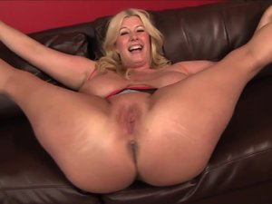 BBW Pornstar Zoey Andrews sucks big cock