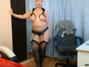 Hot Mommy loves to strip on cam