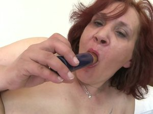 Big booty mature lady playing with her pussy
